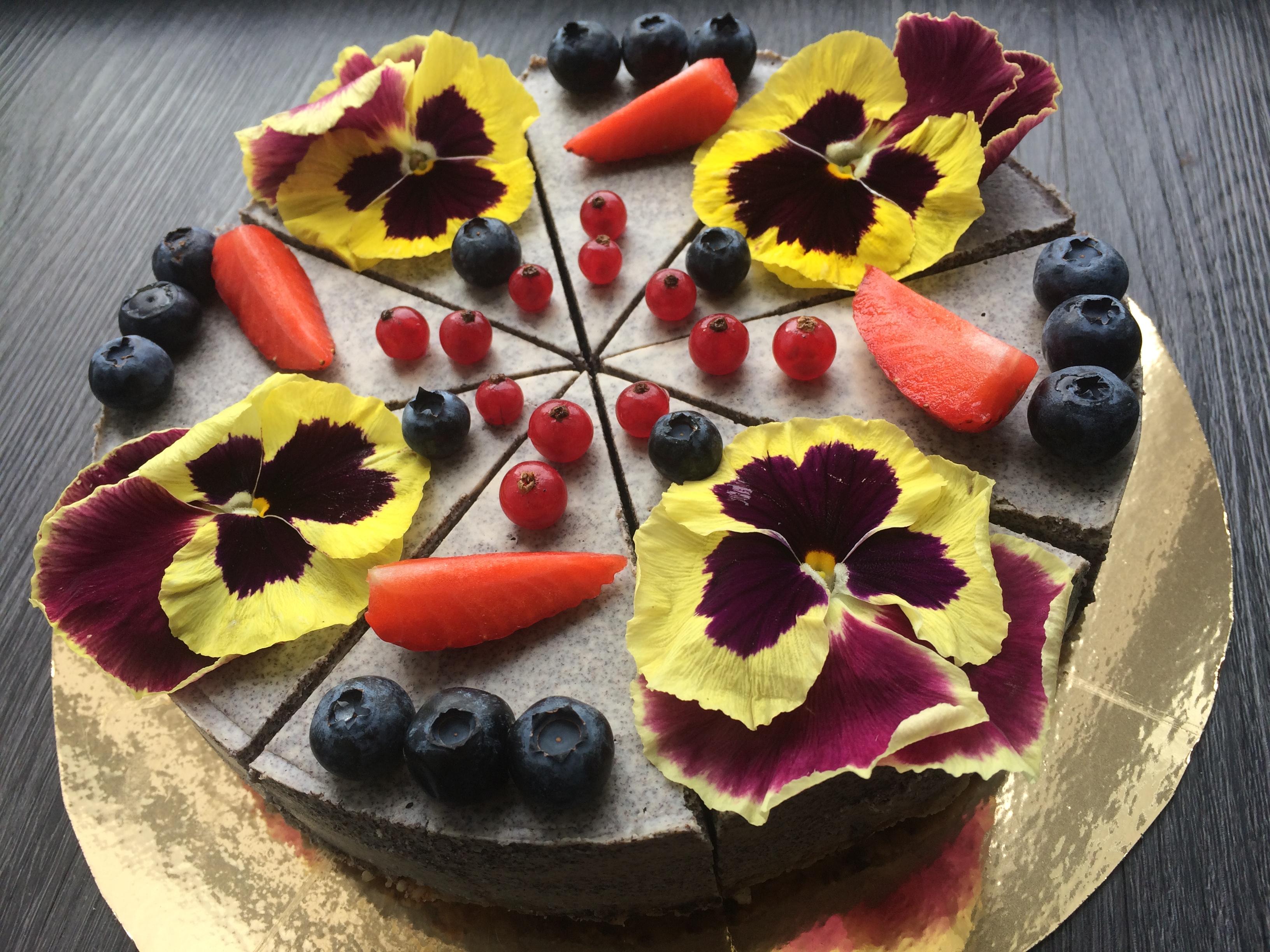 Maková raw torta s ovocím a jedlými kvietkami