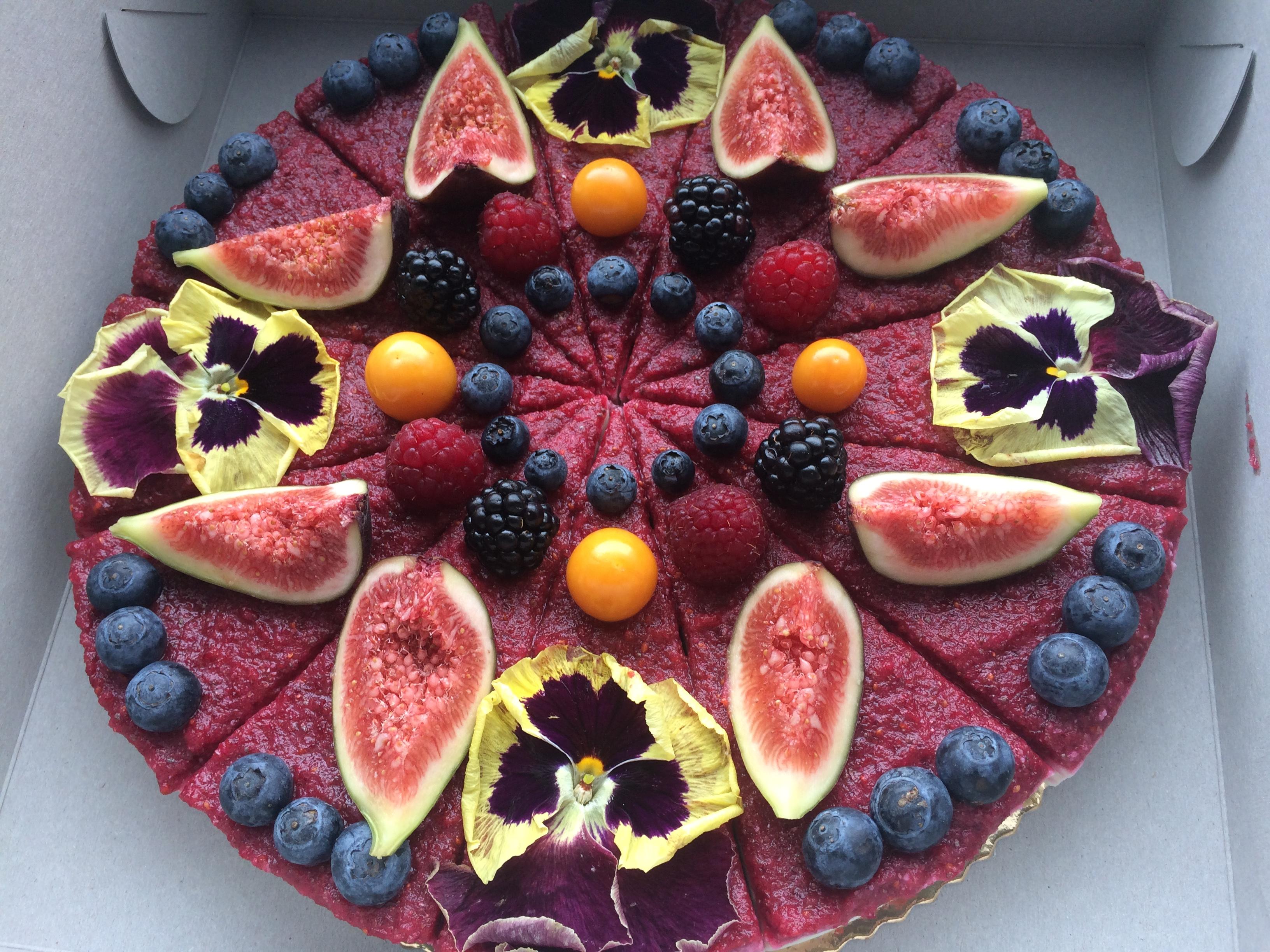 Vanilková raw torta s ovocím a jedlými kvietkami