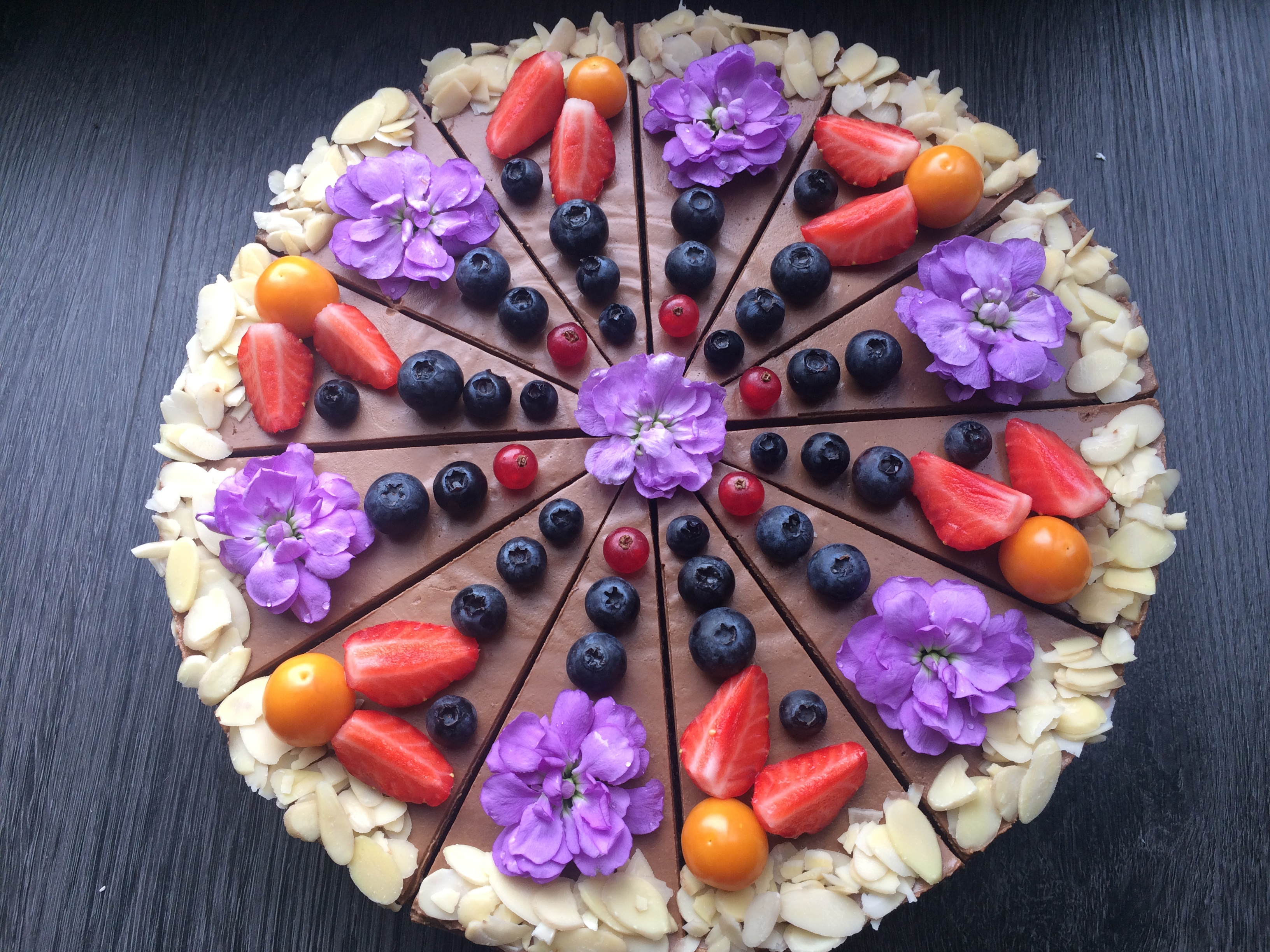 Čokoládová raw torta s ovocím a jedlými kvietkami