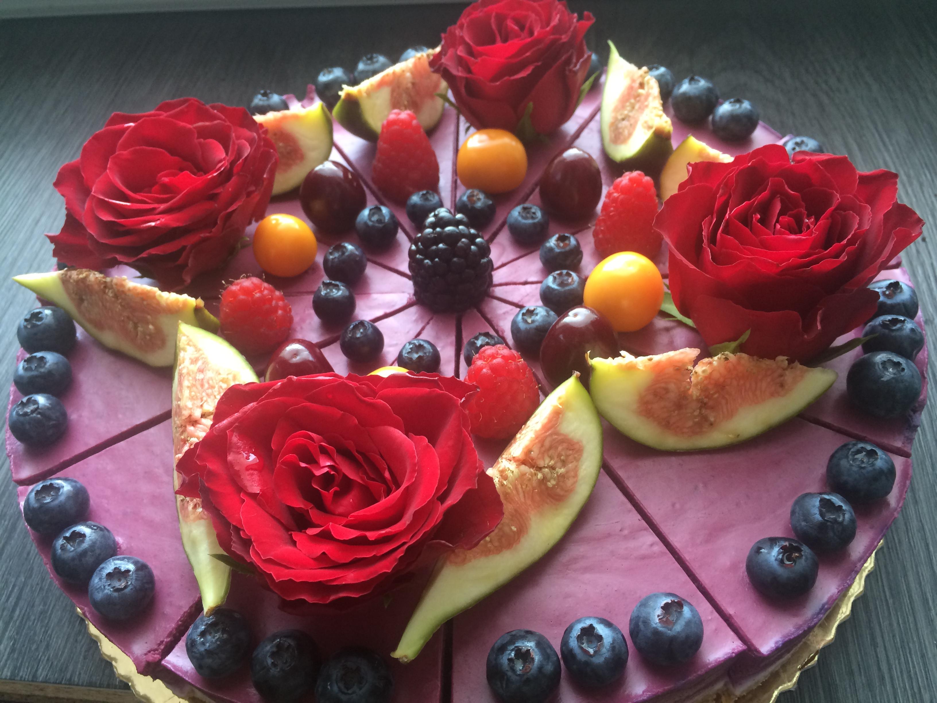 Raw torta s lesným ovocím a jedlými ružami