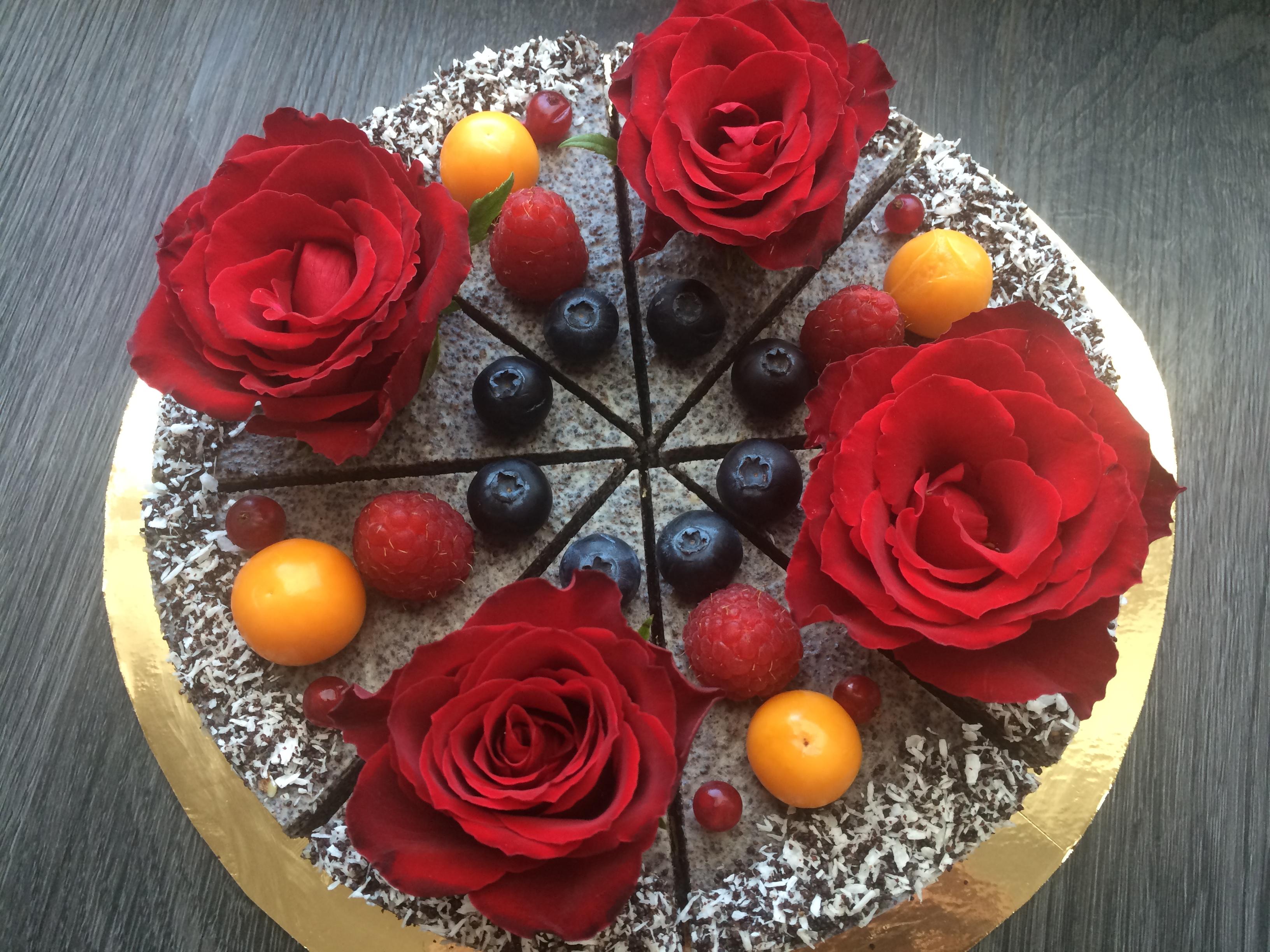 Maková raw torta s jedlými ružami