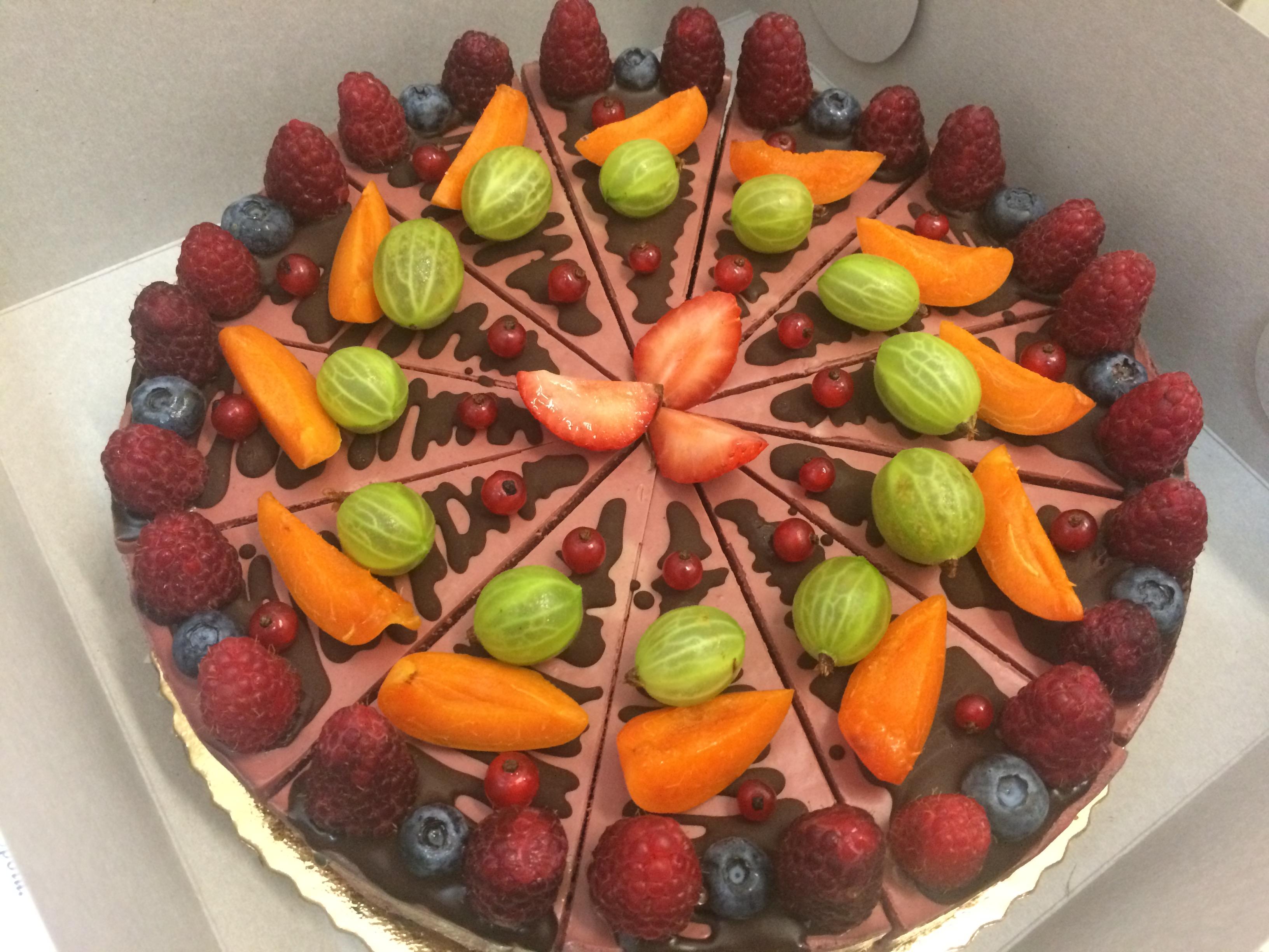 Malinovo-čokoládová raw torta s ovocím