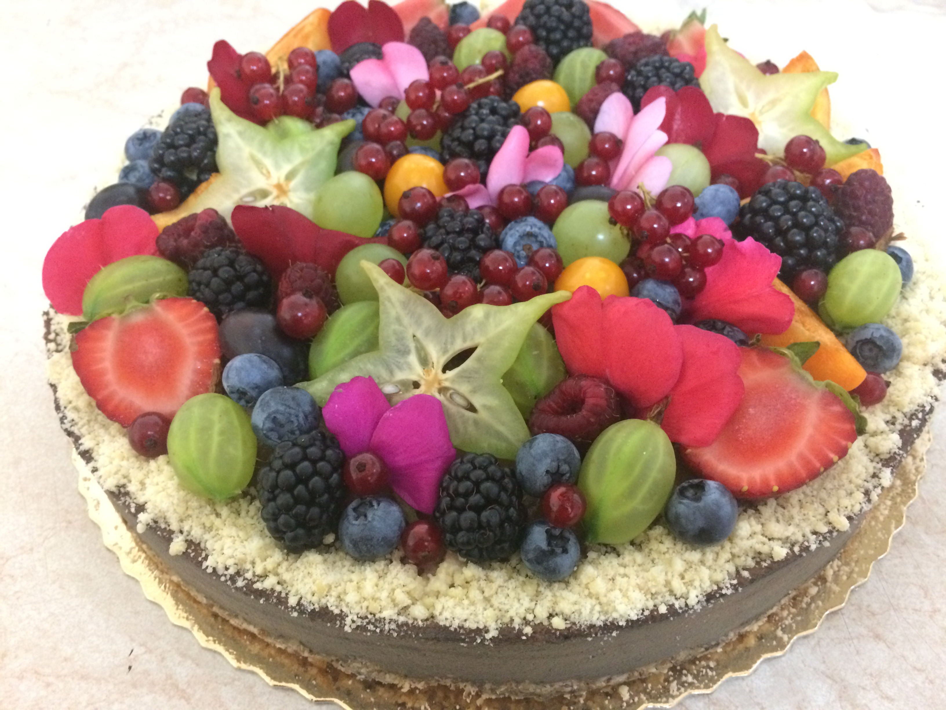 Narodeninová čokoládová raw torta s ovocím a jedlými kvetmi