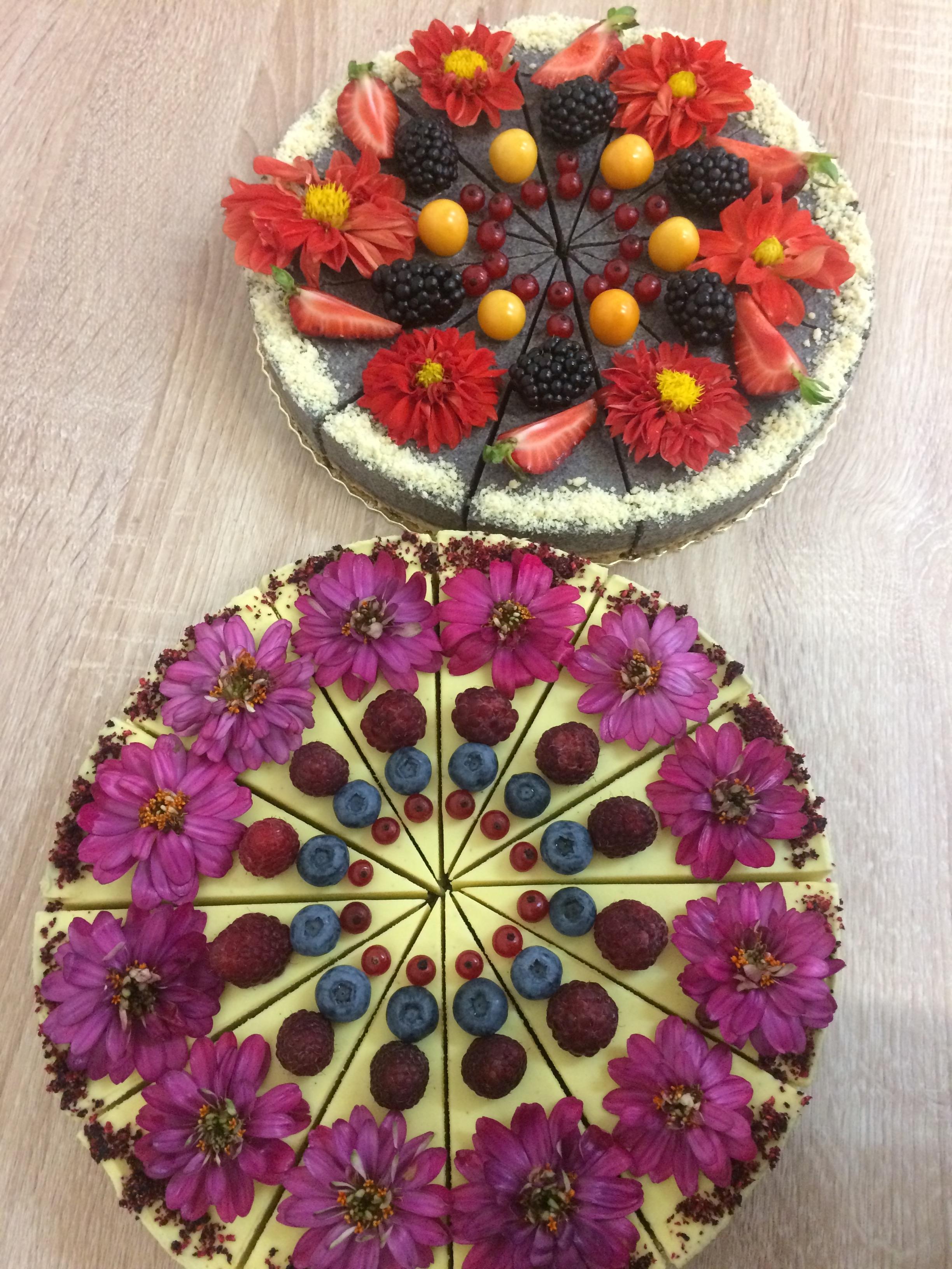 Narodeninové raw torty s ovocím a jedlými kvetmi