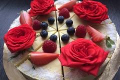 Mangová raw torta s ovocím a jedlými ružami
