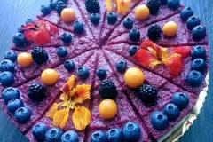 Vanilkový raw cheesecake s ovocím a jedlými kvietkami
